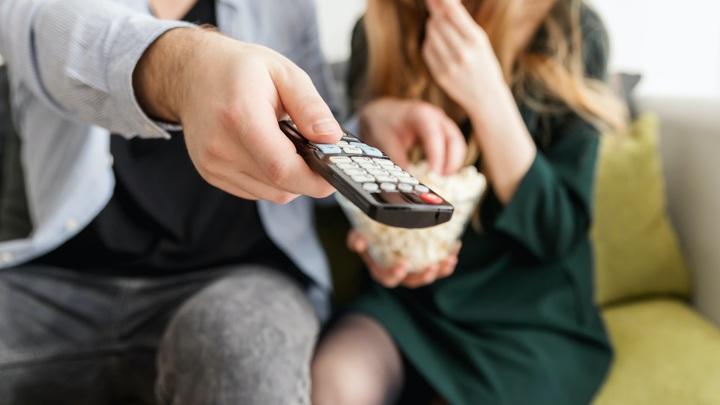 Сериалы в России смотрят только молодые и пожилые