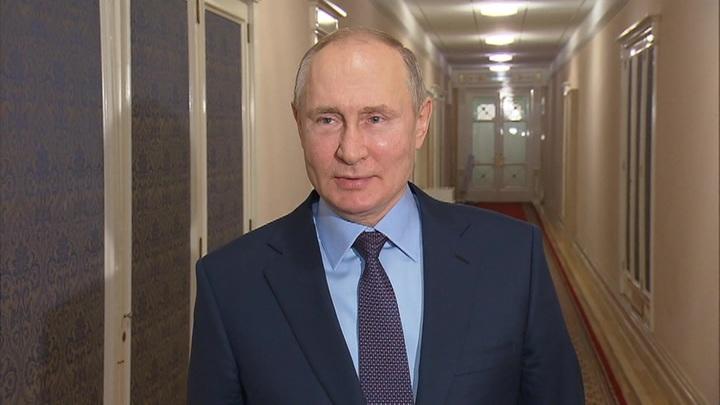 Привившись от коронавируса, Путин призвал всех брать с него пример