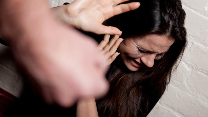 В Смоленске девушку избил неизвестный у ТЦ