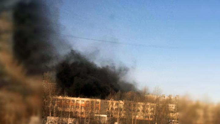 В Казани горит кровля складского помещения школы
