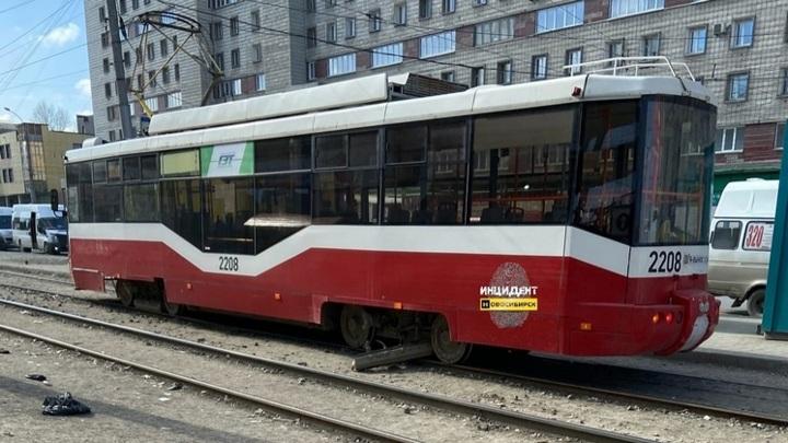 Без тормозов: в Новосибирске на ходу развалился еще один трамвай