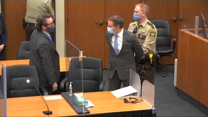 Убийца Флойда осужден: Америка ликует и бурлит