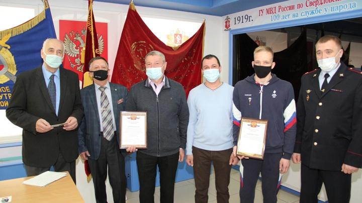 В Екатеринбурге наградили ветерана МВД и спортсмена, спасших школьницу