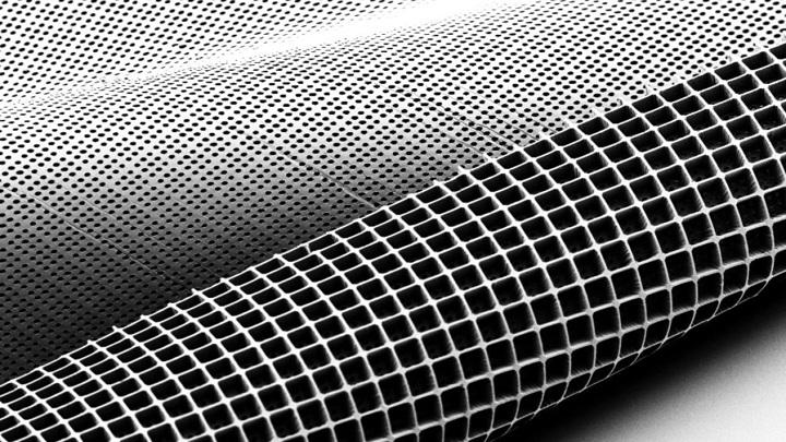 На микрофотографии можно увидеть обе стороны нового материала, напоминающего формочку для льда.