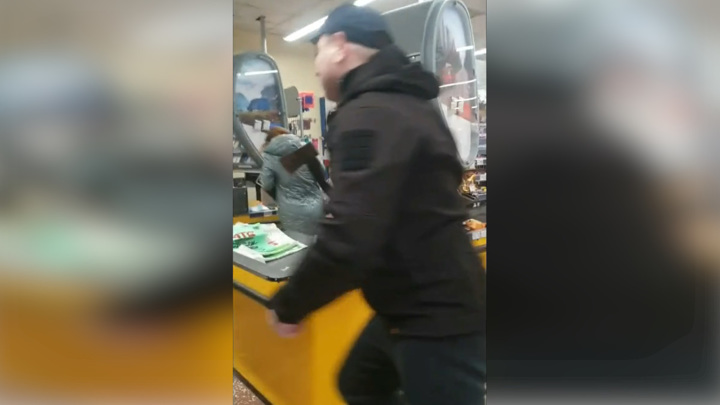 Обидели жену: ковид-диссидент разгромил топором магазин в Мариуполе. Видео