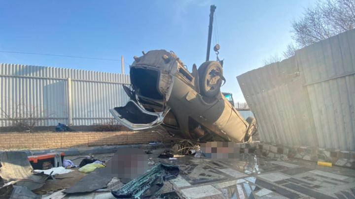 Смертельное ДТП в Хабаровске: машина влетела в чужой двор