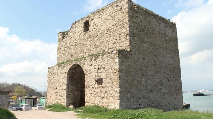 В Феодосии разрушается Доковая башня XIV века