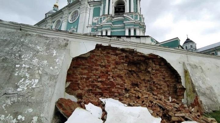 Смоленская епархия прокомментировала обрушение стены возле Успенского собора