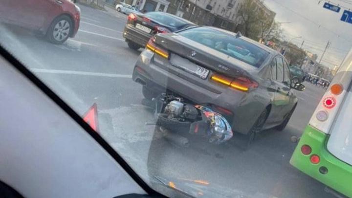 В Воронеже скутерист влетел под BMW и сбежал