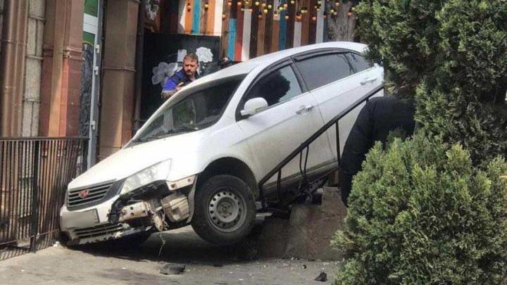 Под Ялтой неуправляемый автомобиль скатился с дороги и наехал на девушку
