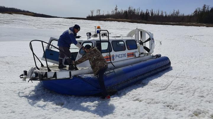 Кругом вода: спасатели доставили амурчанина в больницу на воздушной подушке