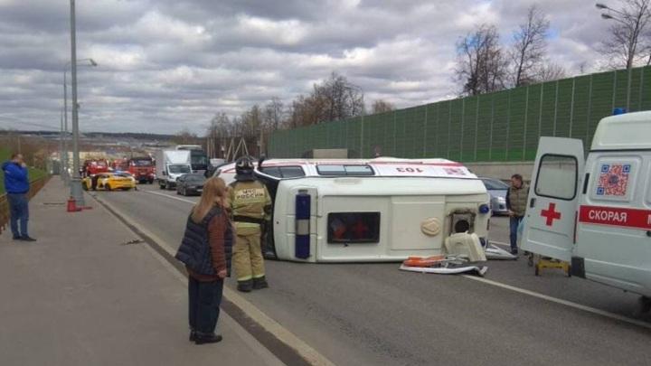 Скорая помощь перевернулась после ДТП в Новой Москве