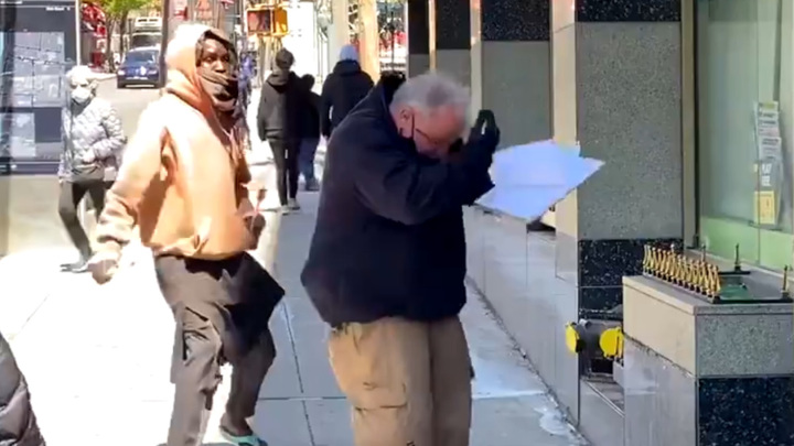 Нападение черного американца на полицейского назвали постановкой
