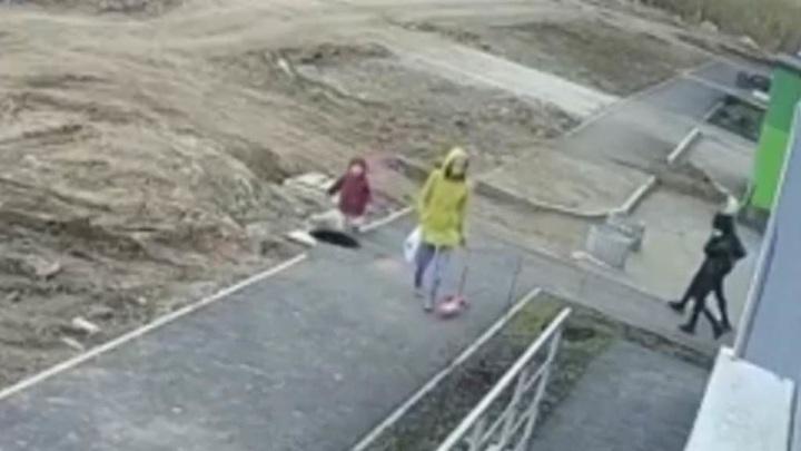 Камера сняла момент падения ребенка в канализацию в Уфе