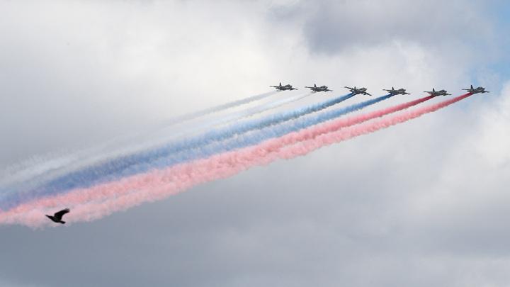 Вертолеты, истребители, ракетоносцы: над Красной площадью пролетели 76 боевых машин