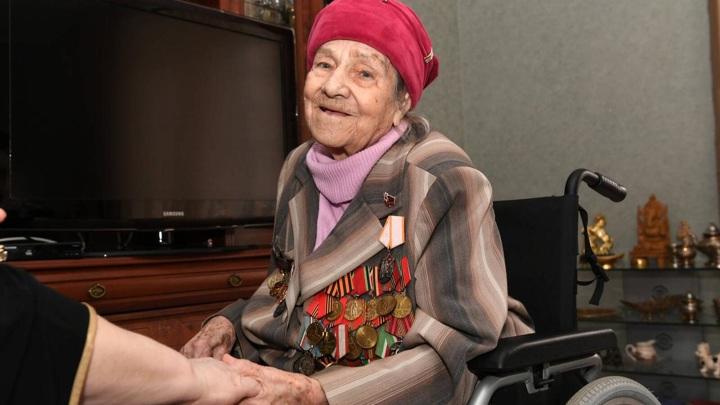 На войне с вирусом: 100-летняя ветеран сделала прививку от COVID-19