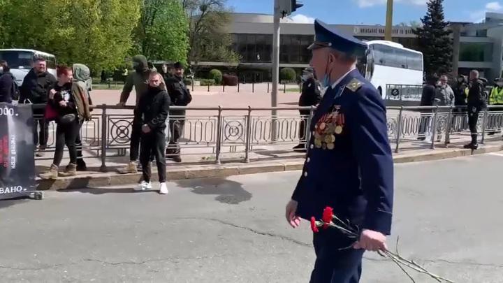 Несовершеннолетний нацист прозиговал ветерану в Киеве