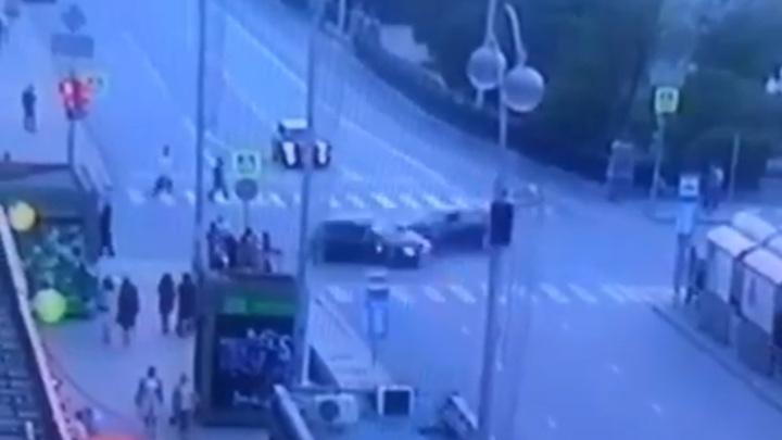 Авария с шестью пострадавшими в Екатеринбурге попала на видео
