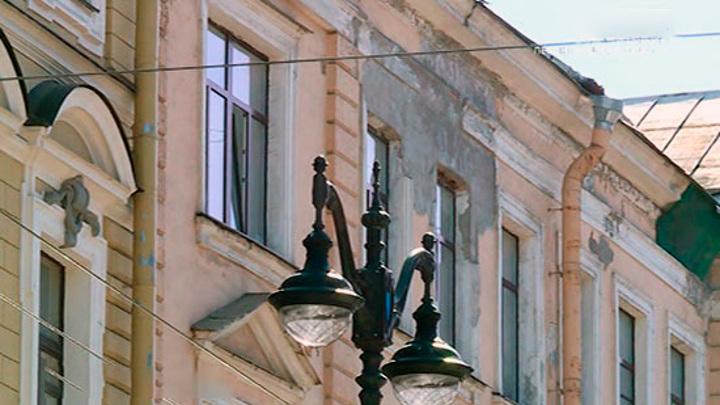 Пятый случай за месяц: на Малой Морской кусок лепнины упал на петербурженку