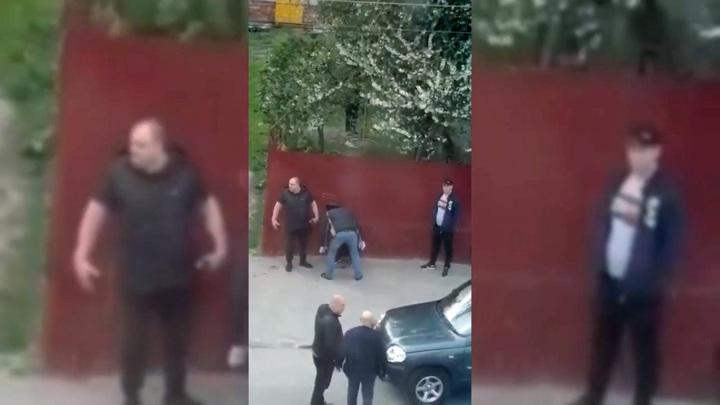 На глазах у полицейского: в Ельце избили человека у здания администрации