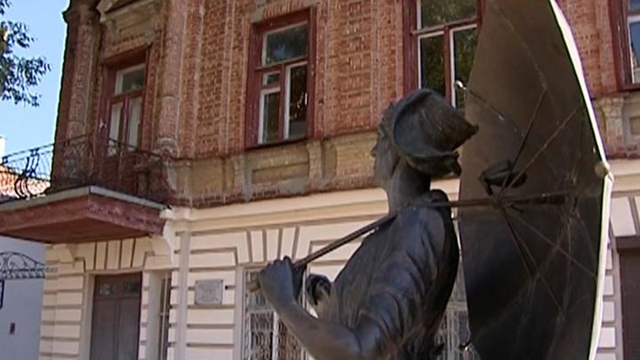 Памятник Раневской в Таганроге отправили на реставрацию