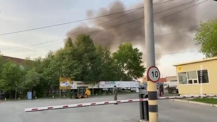 В Екатеринбурге горит уже две тысячи квадратных метров