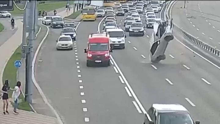 Легковушка с пьяным водителем подлетела, напоровшись на провод. Видео