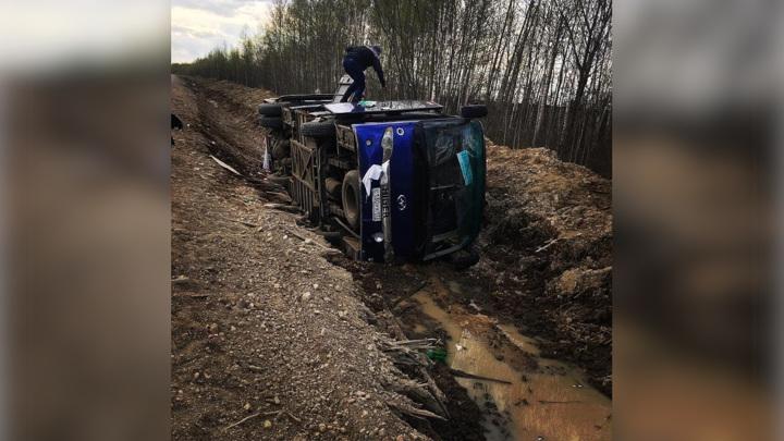 В Хабаровском крае перевернулся автобус с двадцатью вахтовиками