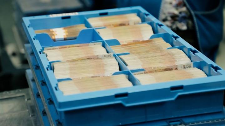 Сторублевка с рельефом: ЦБ раскрыл дизайн новых банкнот