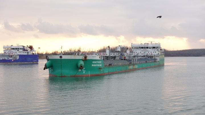 Российский танкер протаранил нефтяную платформу в Каспийском море