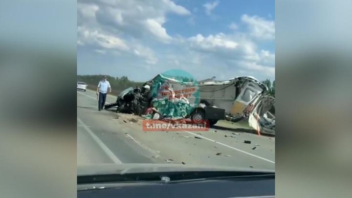 В Татарстане микроавтобус разлетелся на части после столкновения с фурой