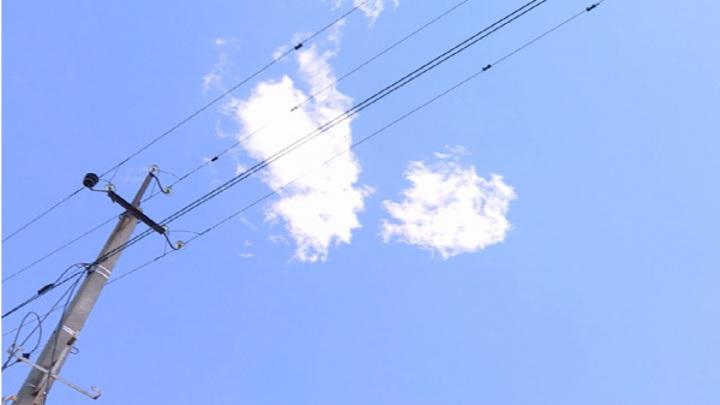Электрики устраняют последствия урагана в костромском селе