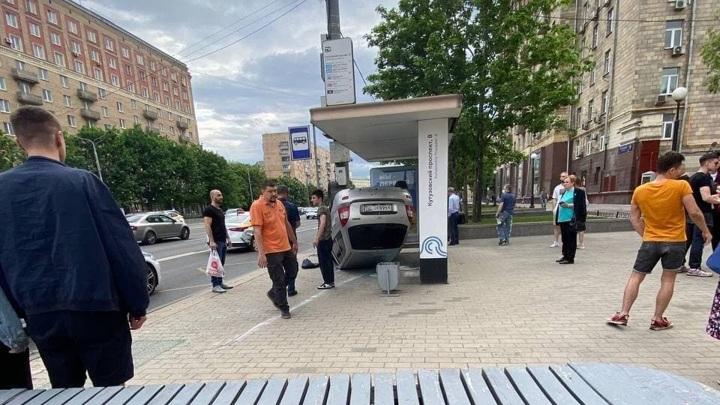 Автомобиль врезался в остановку на юго-западе Москвы
