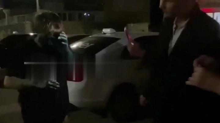 Измазали зеленкой и угрожали. Очевидцы рассказали об инциденте с таксистами в Вязьме
