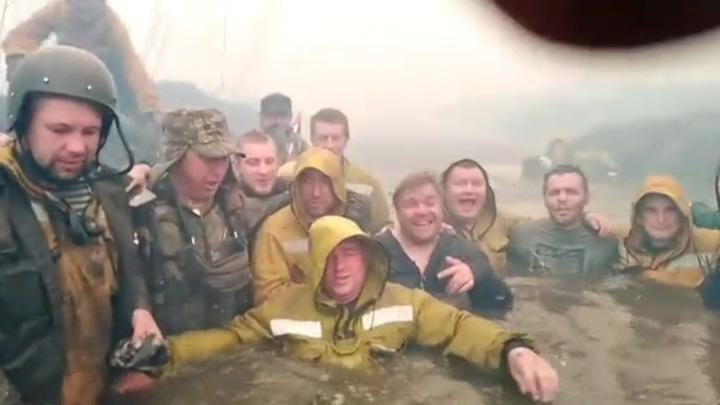 """""""Выжили!"""": пожарные спрятались в реке от огня и сняли себя  на видео"""