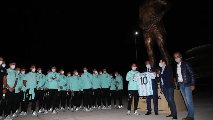 Сборная Аргентины посетила открытие статуи в честь Марадоны