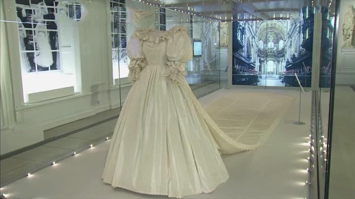 Подвенечное платье принцессы Дианы представили на выставке в Кенсингтонском дворце