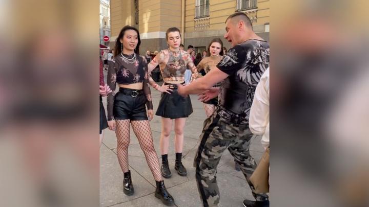 Мужчина с голубями обрушился с матерной бранью на танцовщиц в Петербурге