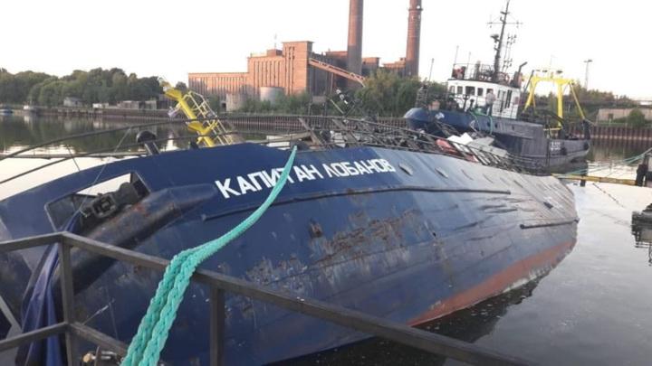 Под Калининградом у причала частично затонул траулер