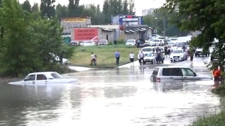 Автомобили ушли под воду после проливного дождя в Саратове