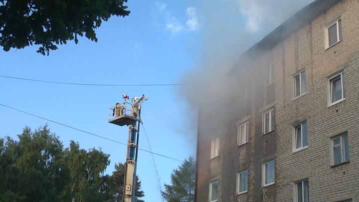 В центре Южно-Сахалинска загорелась крыша пятиэтажного жилого дома