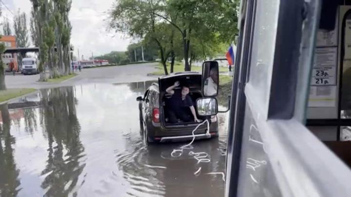 В Воронеже маршрутка с пассажирами утонула в луже