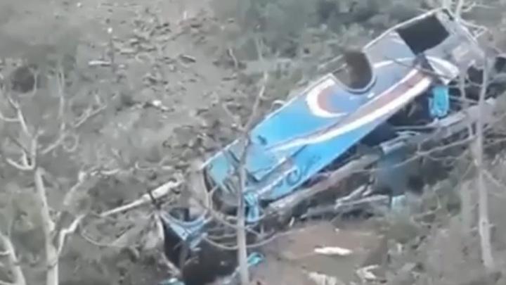 В Перу 17 человек погибли в автобусе, упавшем с 200-метровой высоты