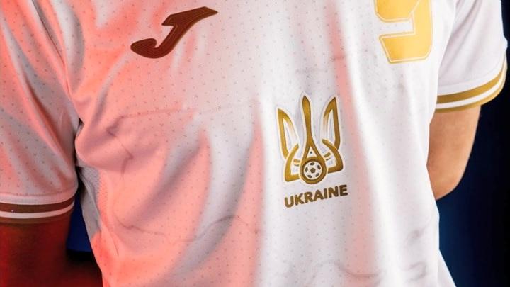 Шесть месяцев, два лозунга и скандал: Украине придется менять форму сборной