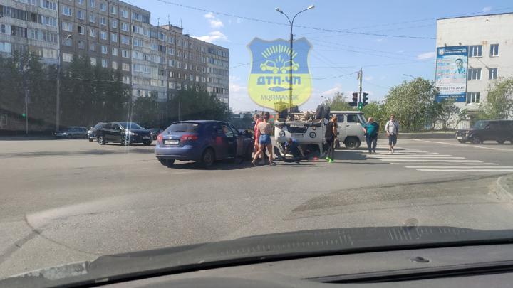 Вверх дном: на перекрестке в Мурманске перевернулся грузовик
