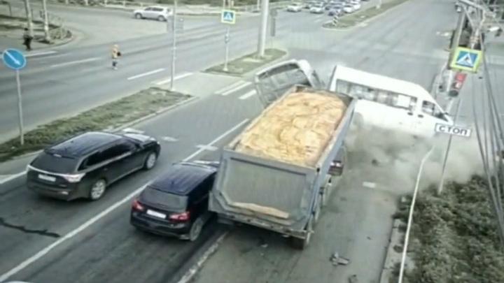 Грузовик с песком протаранил в Волгограде маршрутку с пассажирами. Видео