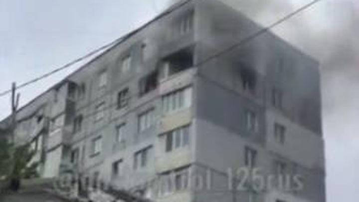 Пожар в многоэтажке: подъехать к дому пожарным помешали припаркованные авто