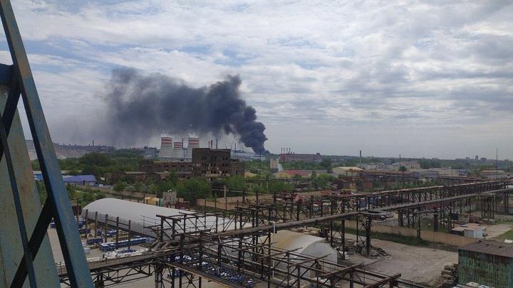 В Челябинске к месту возгорания склада ЧЭМК едет пожарный поезд