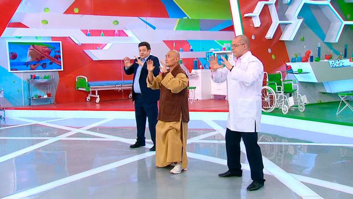 """Кадр из программы """"О самом главном"""". Воин-монах показал, как правильно делать гимнастику цигун"""