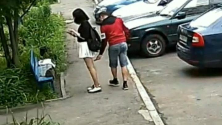 Девушка пожаловалась на преследователя, сделавшего фото у нее под юбкой